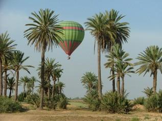 Montgolfière dans le ciel de Marrakech