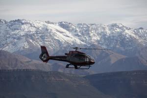 hélicoptère au dessus de l'Atlas