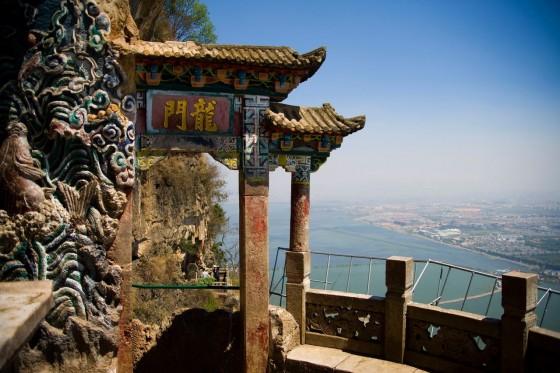 La fameuse Porte du Dragon (Longmen) se trouve sur la colline de l'ouest (Xi Shan)